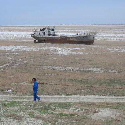 Skeppsvrak på Aralsjöns botten.