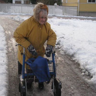 Ekenäsbon Alfhild Sjöberg tar sig tappert fram i halkan.