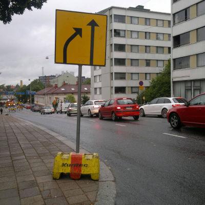Gatuarbeten i korsningen av Skolgatan och Bangårdsgatan stör trafiken