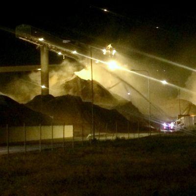 Det brinner ännu i flishögen på UPM i Jakobstad.