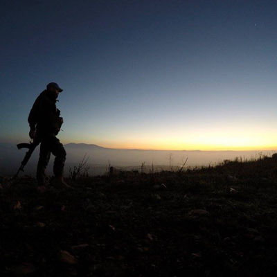 Nico Sjelvgren med sitt geväg i solnedgången.