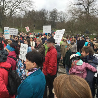 Demonstration mot planerna på att förvandla ett stort parkområde till en trafikled i Tallinn den 24 april 2016.