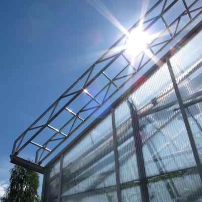Taket av ett växthus i solskenet