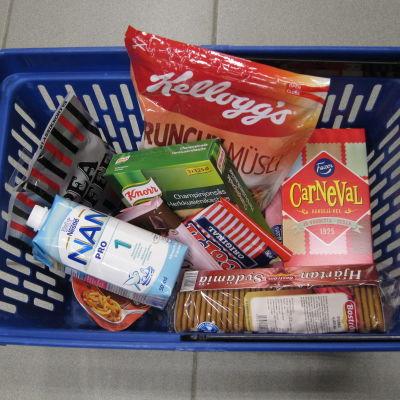 En matkorg fylld med livsmedel bland annat kex, popcorn, modersmjölksersättning som innnehåller palmolja