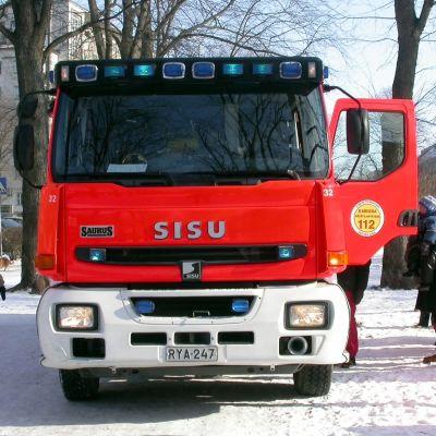 Bild på en brandbil framifrån.