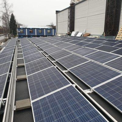 Aurinkopaneelit Lappeenrannan urheilutalon katolla.