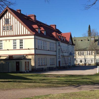 Vaalea iso rakennus eli Lappeenrannan vanha kylpylaitos, taustalla Kasino.