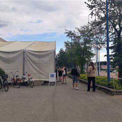 Ihmisiä jonottamassa ennakkoäänestyspaikalle Jyvsäkylän Hippoksen ulkoäänestyspaikalla.