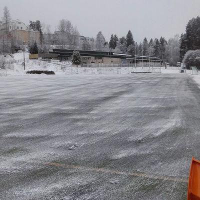 Konstgräsplanen i anslutning till ishallen i Grankulla som vintern 2016-2017 har varit i dåligt skick. På bilden är planen isig.