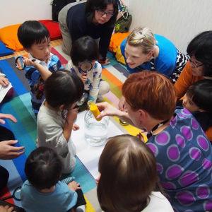 Anna Niskala och Irina Sorsa lär japanska barn om färger.