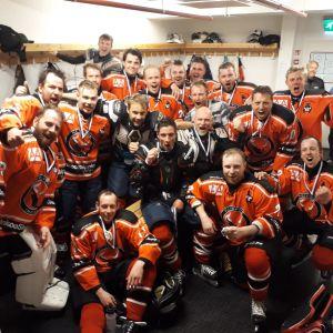 Ett ishockeylag samlat i omklädningsrummet.