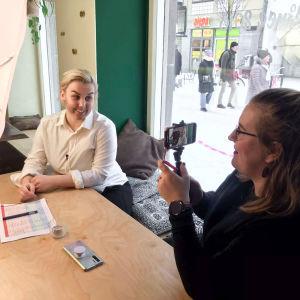 Eve Kulmala ja Nea Leino kuvaamassa sketsiä, behind the scenes materiaalia lavasteista