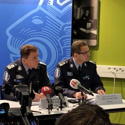 Lasse Aapio och Ilkka Koskimäki på Helsingforspolisens presstillfälle.