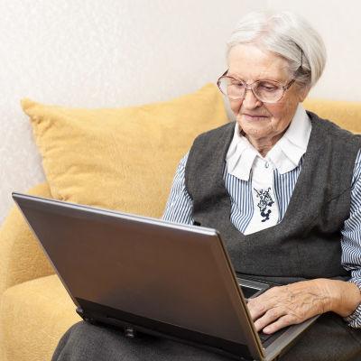 Äldre kvinna med laptop.