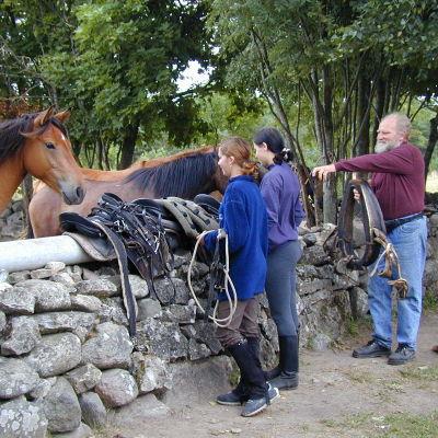 Tyttöjä valmistautumassa ratsastamaan Tihusen hevostilalla Muhulla, Virossa.