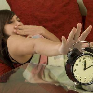 en tjej stänger av sin väckarklocka
