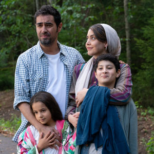 Mehdipourin perhe elokuvassa Ensilumi. Kuvassa näyttelijät Shahab Hosseini, Shabnam Ghorbani, Kimiya Escandari, Aran-Sina Keshvari.