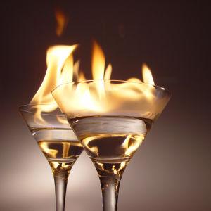 Två brinnande cocktailar i glas.