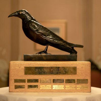 Musta varis -veistos porilainen maineteko.