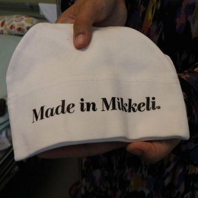 Mikkelin kaupunki luovuttaa syntyville vauvoille Made in Mikkeli -myssyjä.