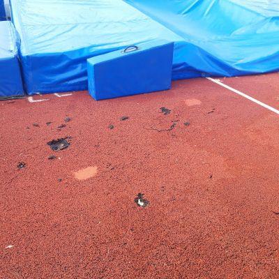 Rikkoutunutta pinnoitetta Väinölänniemen urheilukentällä