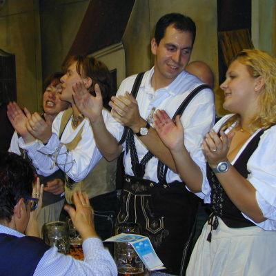 Kansallispukuisia saksalaisia Oktoberfestillä v. 1999.