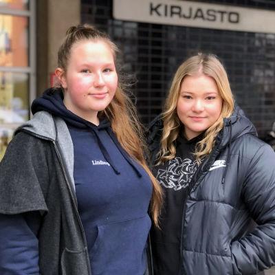 Porilaiset opiskelijat Sofia Lindberg (vas.) ja Olivia Lindelöf testasivat saako Porissa palvelua ruotsiksi.
