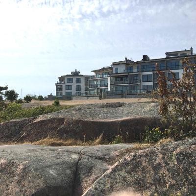 Bostäder vid ett klippigt område.
