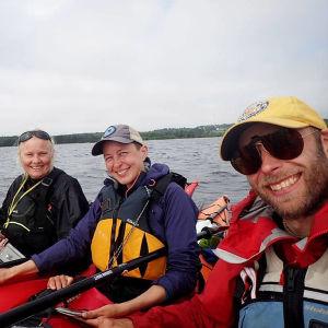 Kaisa och Christoffer Leka med vännerna Ea och Antti paddlar genom Karelen.