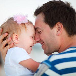 Far och dotter håller om varandra.
