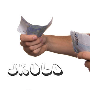 Bild av händer spm håller i sedlar, bredvid texten skuld