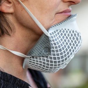 en kvinna som använder ett munskydd