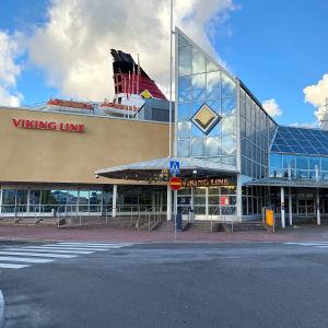 M/S Amorella Viking Linen terminaalissa Turun satamassa.