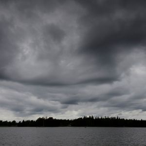 tummia pilviä meren yllä