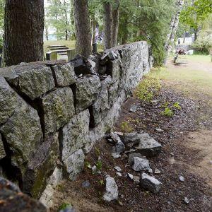Mur som rasat samman.
