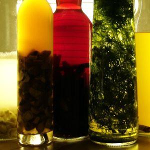 Snapsflaskor i olika färger och med olika kryddor