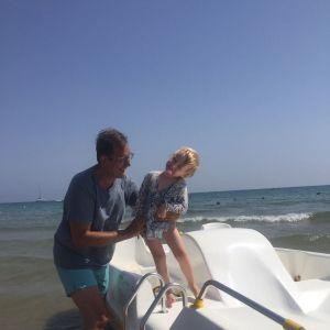 Jukka Petäjä merenrannalla tyttärenpoikansa Lucasin kanssa Gaetassa, Italiassa. Kuva: Razvan Haidau