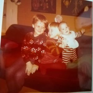 Heli Laaksosen lapsuuskuva, jossa hän on serkkunsa ja siskonsa kanssa.