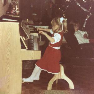 Maaret Kallio soittaa pianoa lapsena.