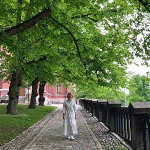 Maaret Kallio puun alla.