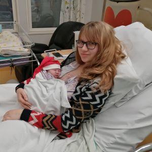 Tytti Okkonen sylissään vielä nimeämätön poikavauva.