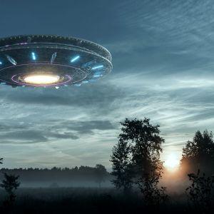 Konstnärens vision av ett UFO ovanför en äng.