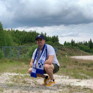 Tim Hagström bredvid en sandhög.