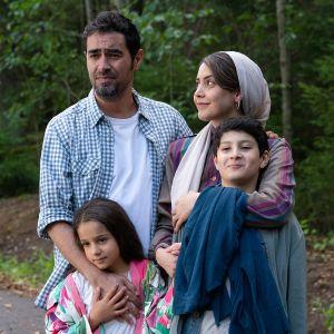 Ensilumi-elokuvan perhee eli näyttelijät eli vasemmalla isää esittävä Shahab Hosseini, hänen vieressään äitiä näyttelevä Shabnam Ghorbani ja edess lapset Kimiya Escandari, Aran-Sina Keshvari.