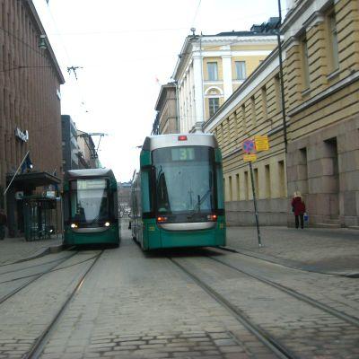 Två spårvagnar möts på Alexandersgatan