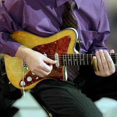 Man spelar på elgitarr