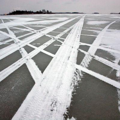 Meren jäälle on jäänyt monenlaisten kulkupelien jälkiä Vaasassa.