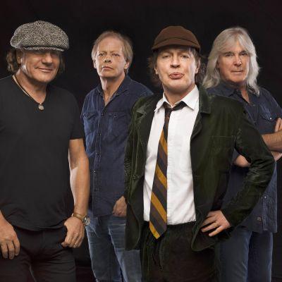 AC/DC soittajat poseeraavat kameralle