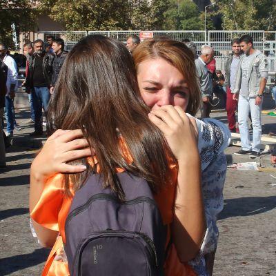 Nainen itkee ja halaa toista naista Ankarassa, Turkissa.