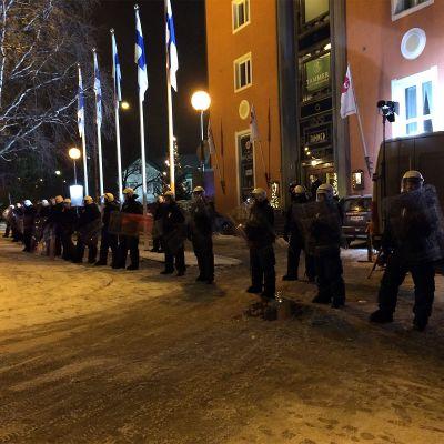Poliisi valvoo itsenäisyyspäivän juhlien jatkopaikkaa hotelli Tammeria